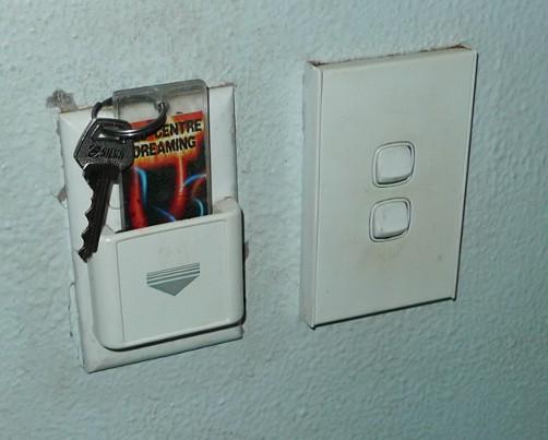 Rechts die Schalter für's Licht, links der als »Energy Saver« bezeichnete Schalter.