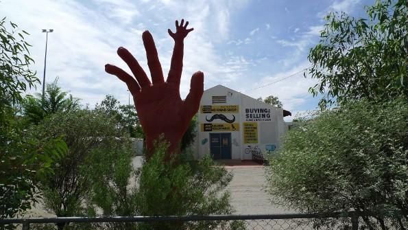 Schild am Haus: Central Second Hand Shop.