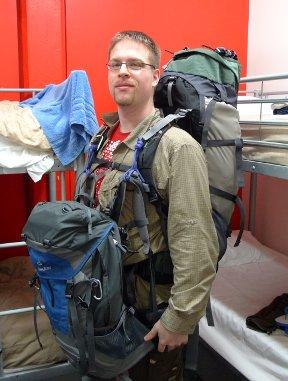 Für den schnellen Marsch durch den Flughafen empfielt es sich, den vorderen Rucksack etwas höher zu tragen. Sonst schwingt der einem nämlich schmerzhaft in die Weichteile...
