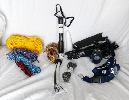 Bootsleine, Reepschnur (vom Klettern), Kabelbinder, Fenix L2D Handlampe mit Diffusor, Kabelbinder, Schnürsenkel, Petzl Myo XP Kopflampe, Lanyard.