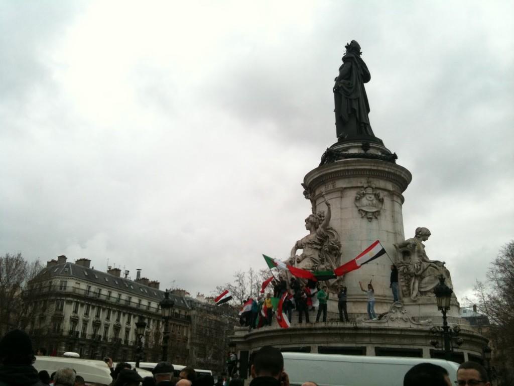 Cinq drapeaux noués ensemble en banderole...
