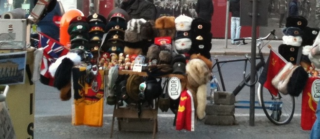 """Vente de chapkas et souvenirs """"DDR"""" à Checkpoint Charlie. 4 mars 2011"""