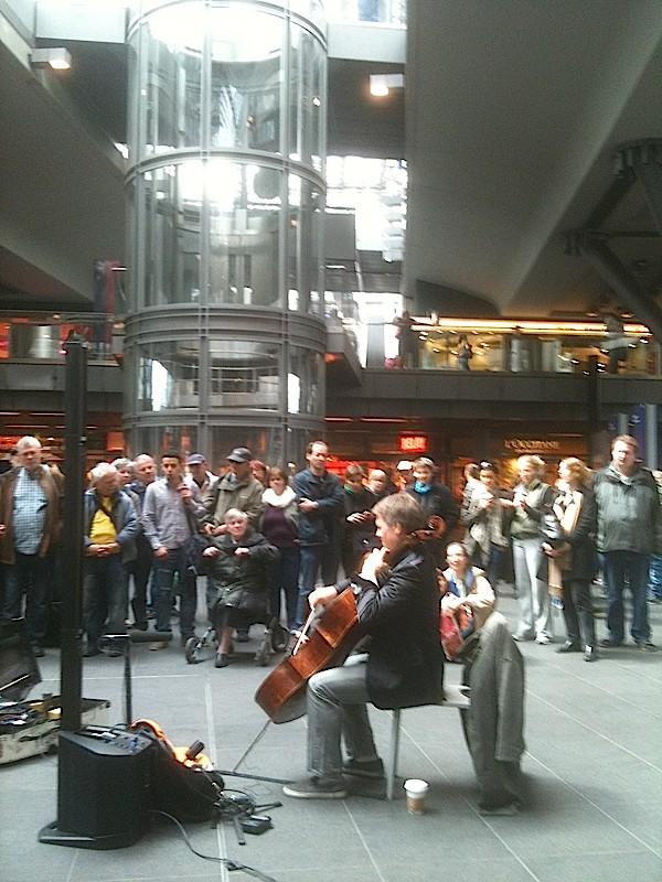 """Alban Gerhardt. Concert Bach en """"open access"""", Hauptbahnhof, Berlin, 2012"""